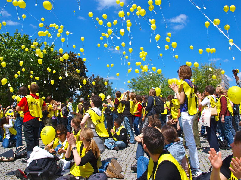 Amnesty Mitglieder lassen Luftballons in die Luft steigen