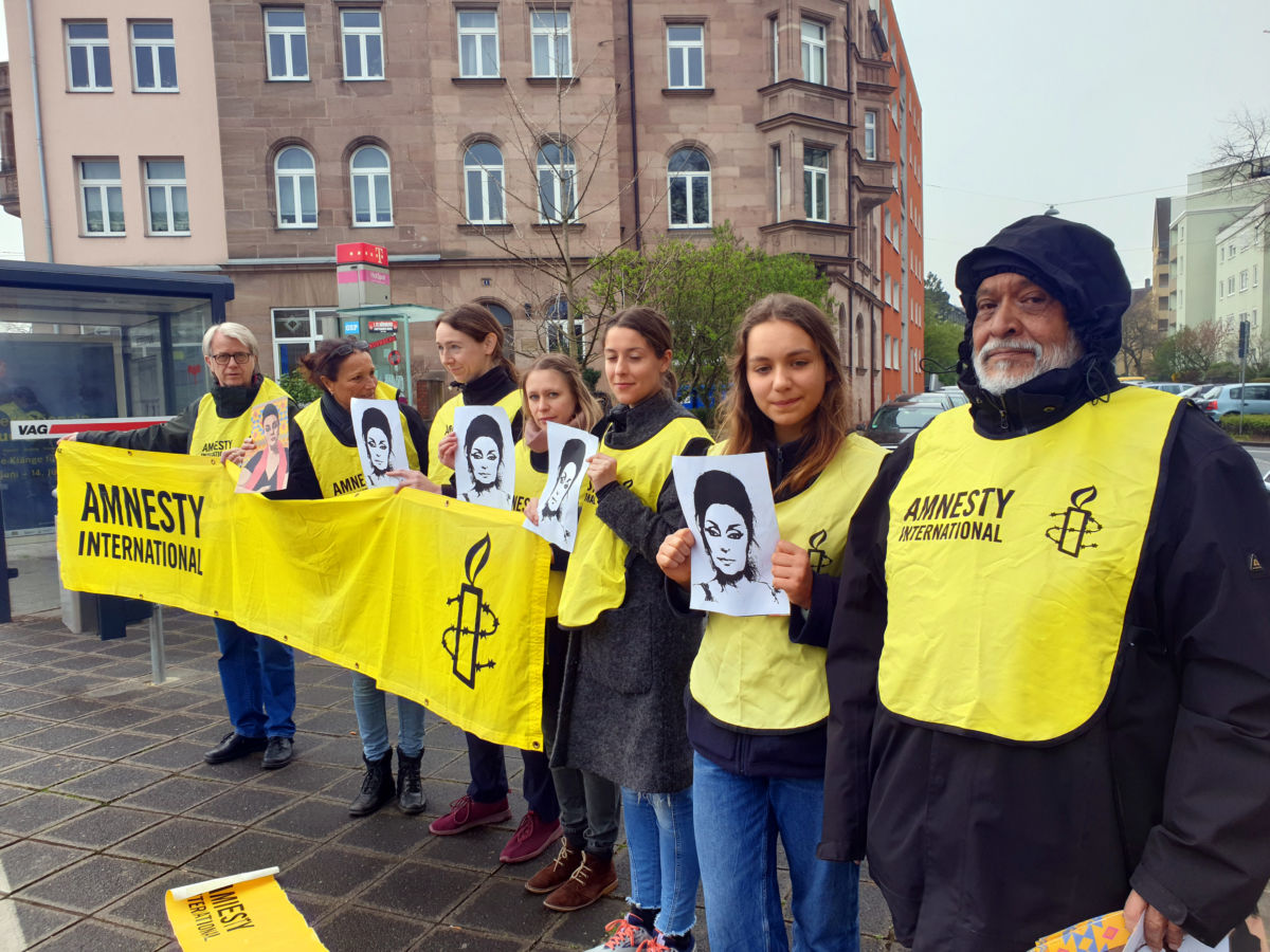 Mitglieder von Amnesty International Nürnberg bei der Mahnwache